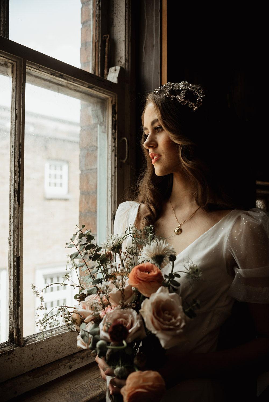 art deco bride with bridal bouquet